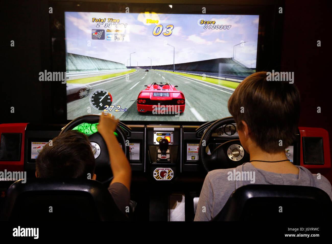 Des garçons jouent à un jeu vidéo. La France. Photo Stock