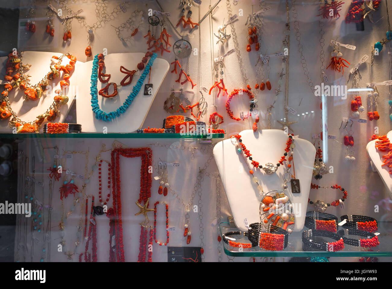 Les bijoux, une exposition de bijoux de corail en vente dans une boutique  dans la e79323c5568e