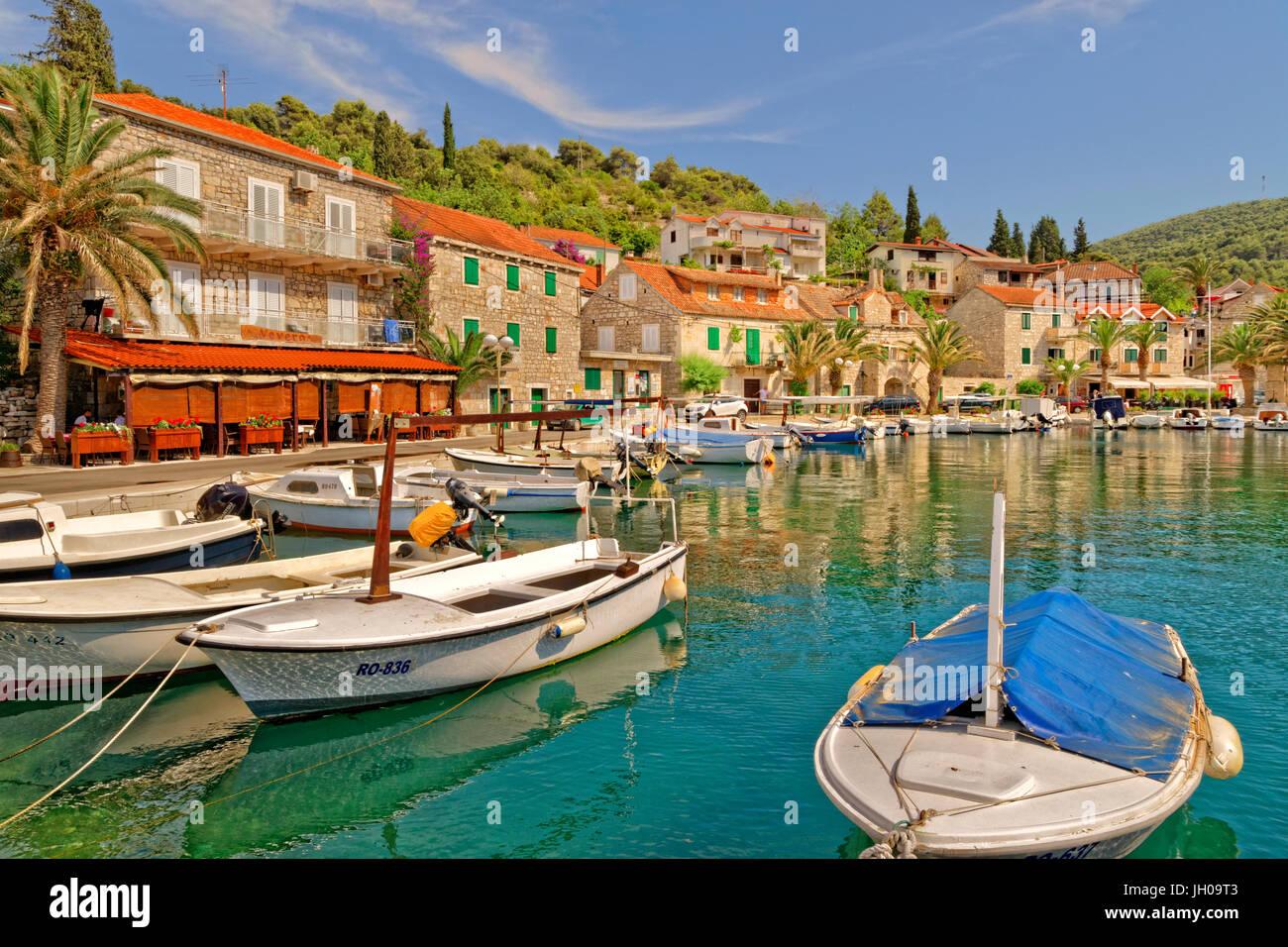 Port de Stomorska village sur l'île de Solta, Croatie. Photo Stock