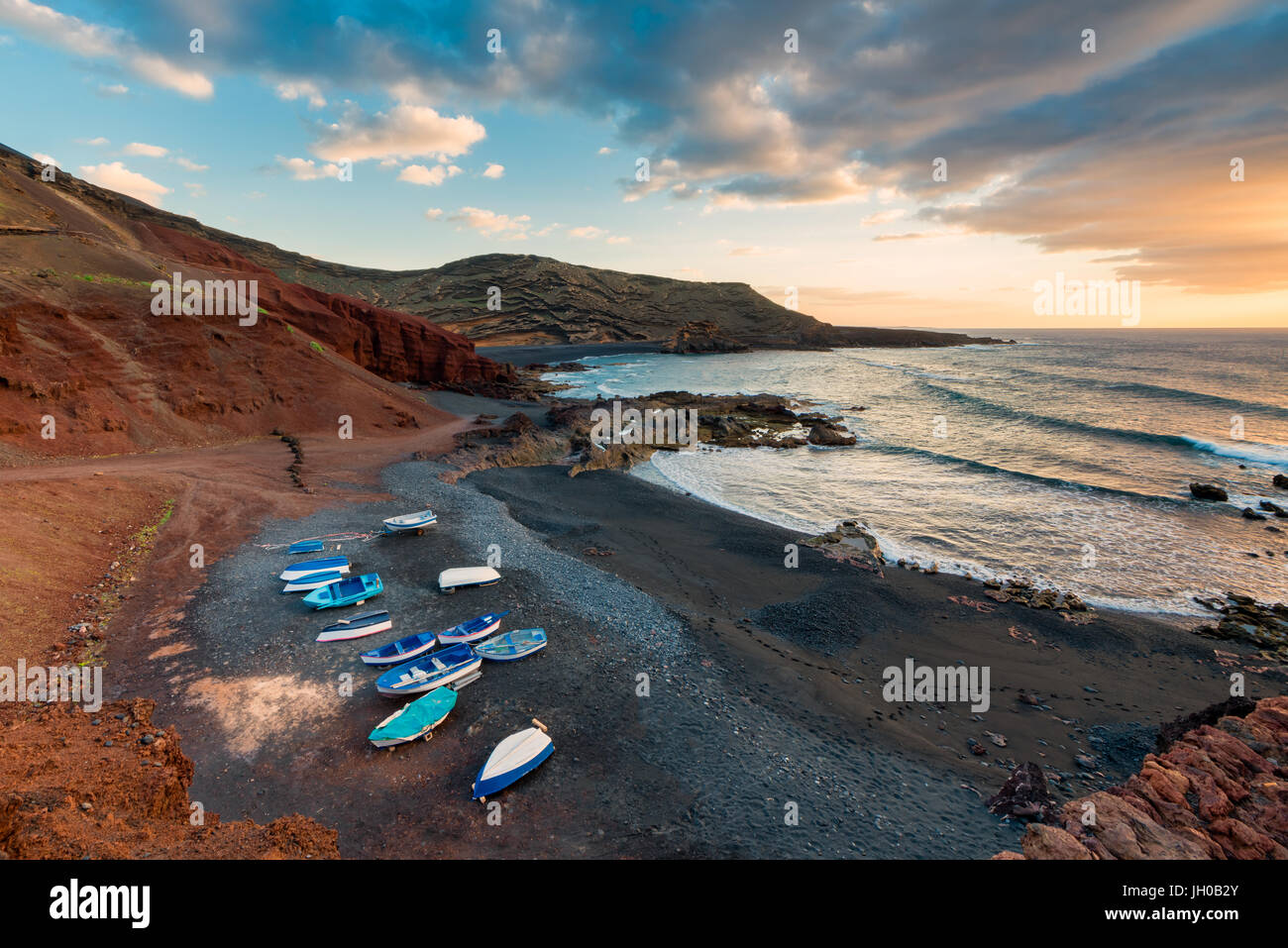 Plage volcanique en El Golfo, Lanzarote, îles Canaries, Espagne au coucher du soleil Photo Stock