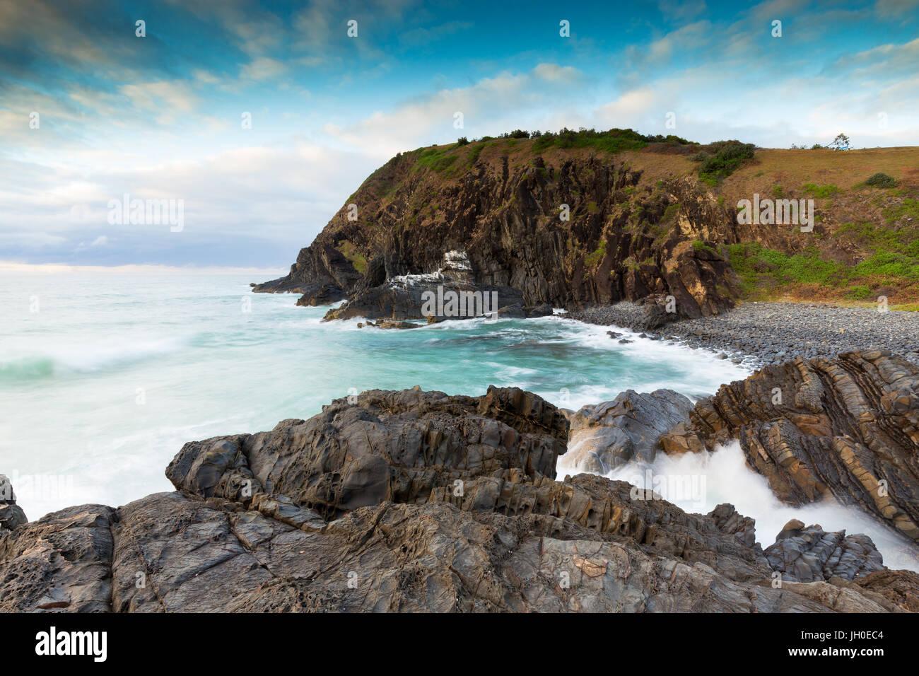 La lumière du matin doux rêveur met en lumière une scène côtière sur la côte Photo Stock