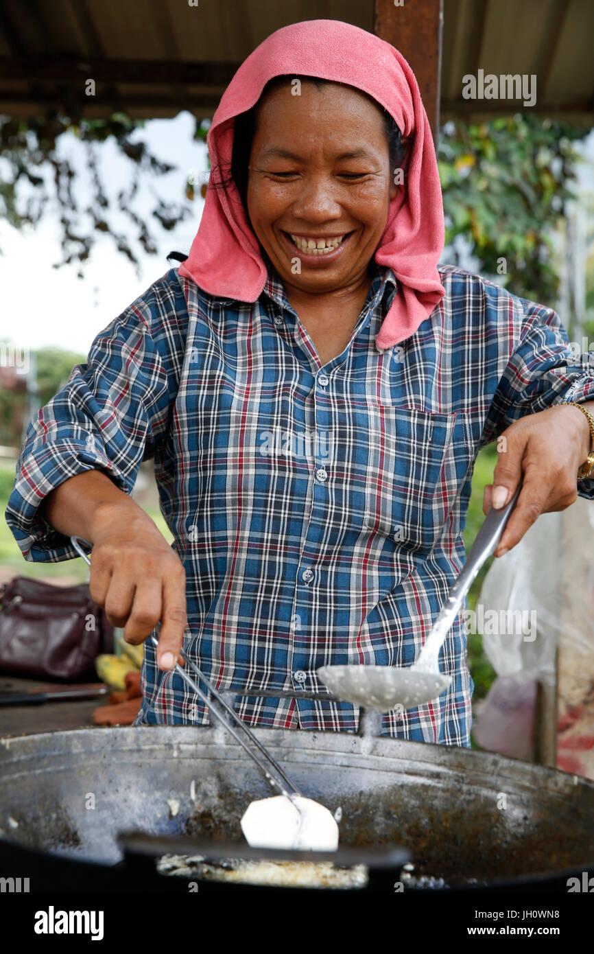 Musulmans cambodgiens Ry Chanty fabrique et vend des beignets de bananes, d'arachides et de fruits, et soulève Photo Stock
