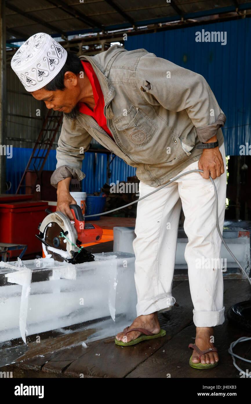 Fabrique de glace à Battambang. Le Cambodge. Photo Stock