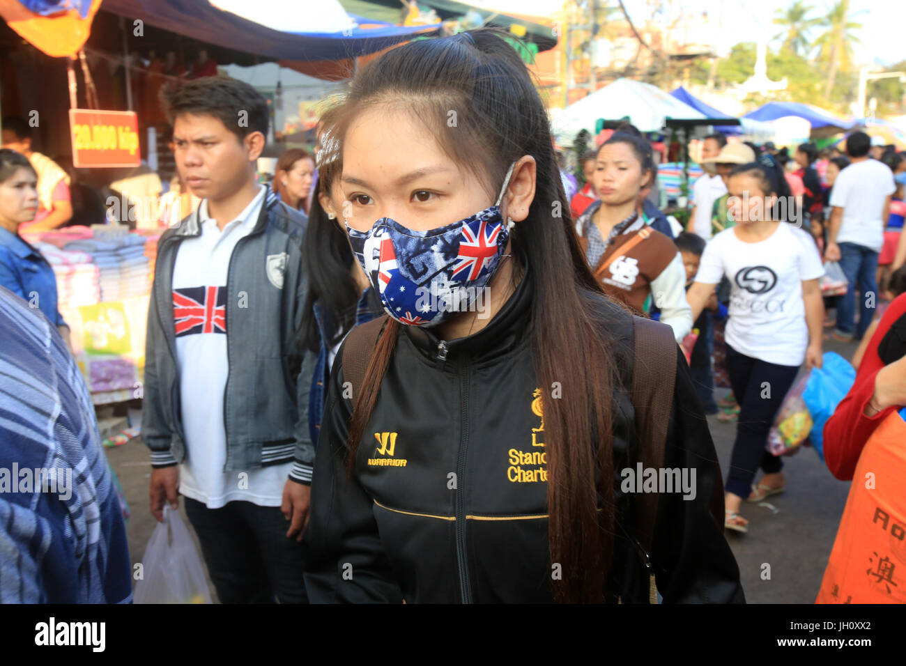 Les jeunes Lao adolescentes avec masque à cause de la pollution. Photo Stock