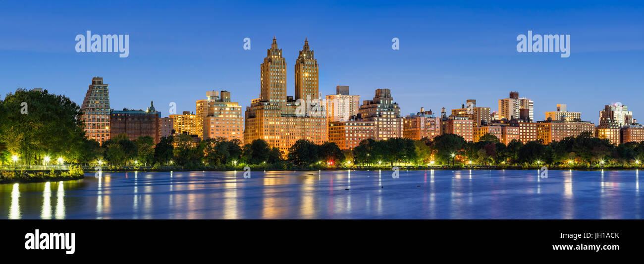 Vue panoramique sur Central Park West à l'aube et le Jacqueline Kennedy Onassis Reservoir. Upper West Side, Manhattan, Banque D'Images