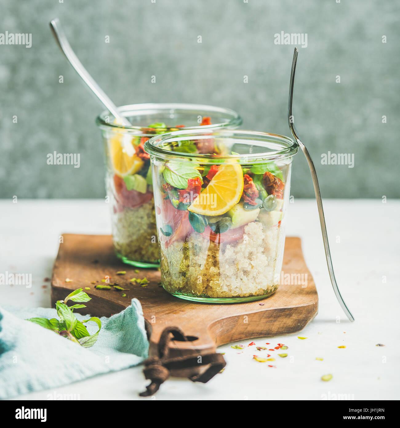 Salade végétarienne saine avec quionoa, Avocat, tomates séchées Photo Stock