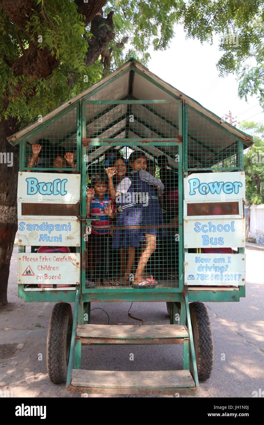 Sandipani muni pour les filles de l'école géré par Food for Life Vrindavan. Le transport. L'Inde. Photo Stock