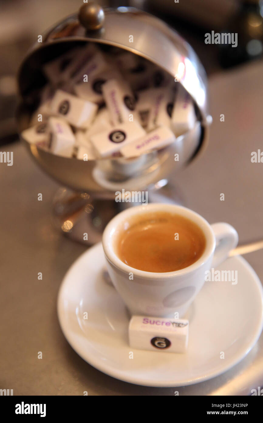Tasse de café dans un café à Paris. La France. Photo Stock