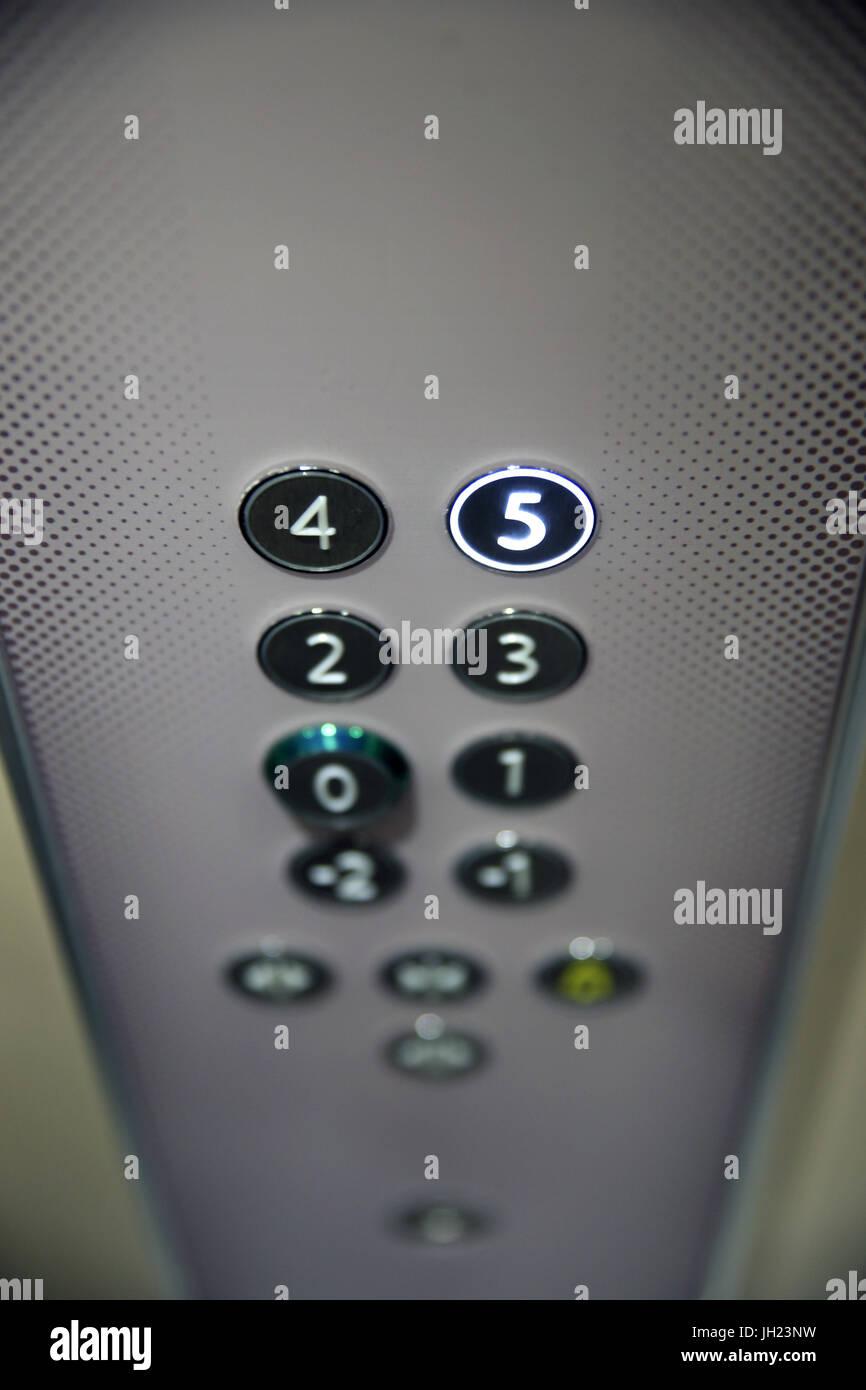 Les boutons du panneau de plancher sur l'élévateur. La France. Photo Stock