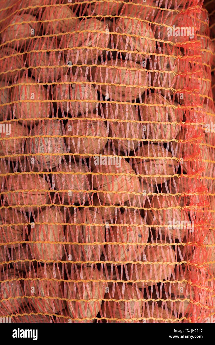 Sac de noix sur le marché. La France. Photo Stock