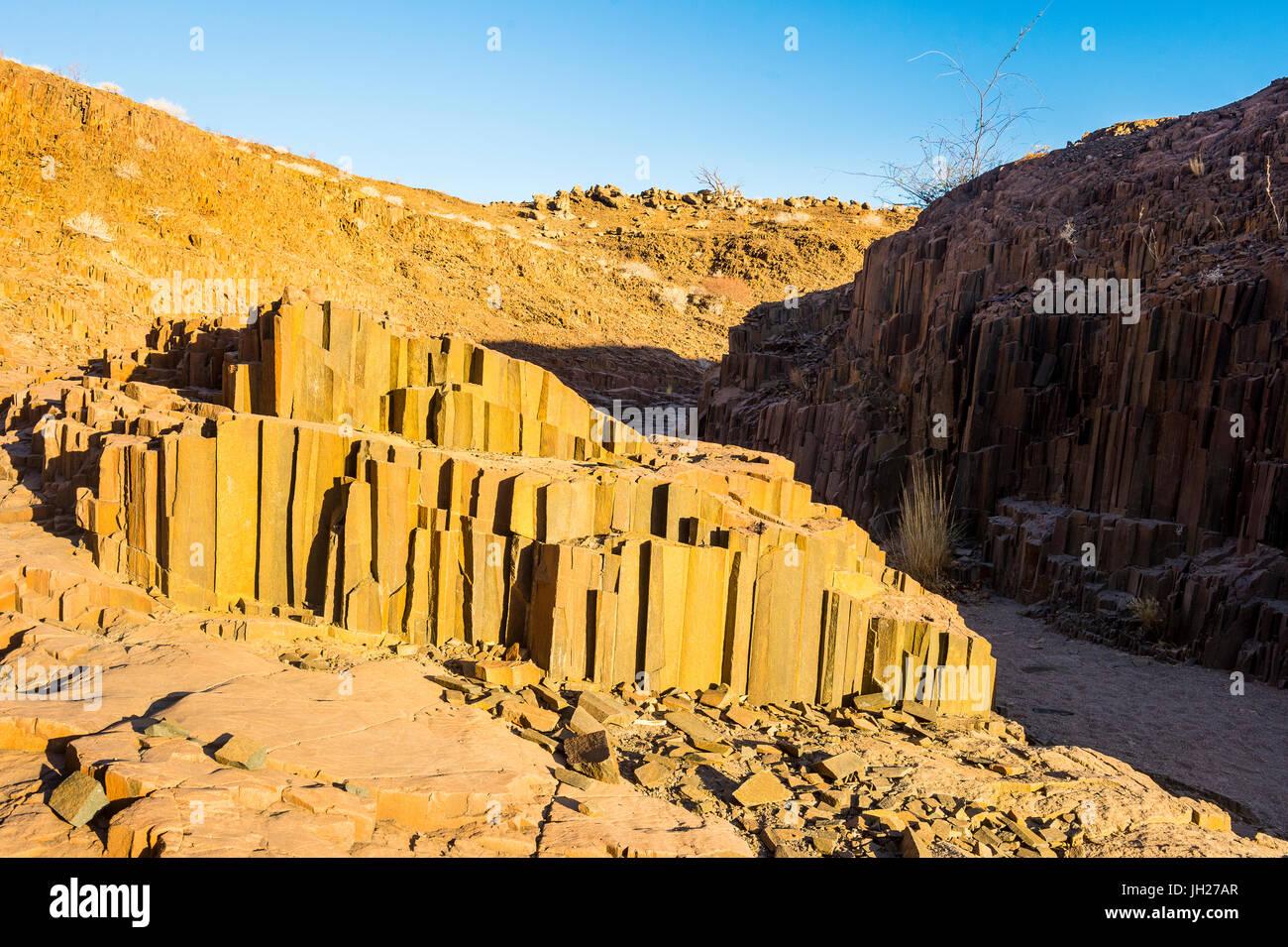 Les tuyaux d'orgue inhabituelle monument, Twyfelfontein, Namibie, Afrique Photo Stock