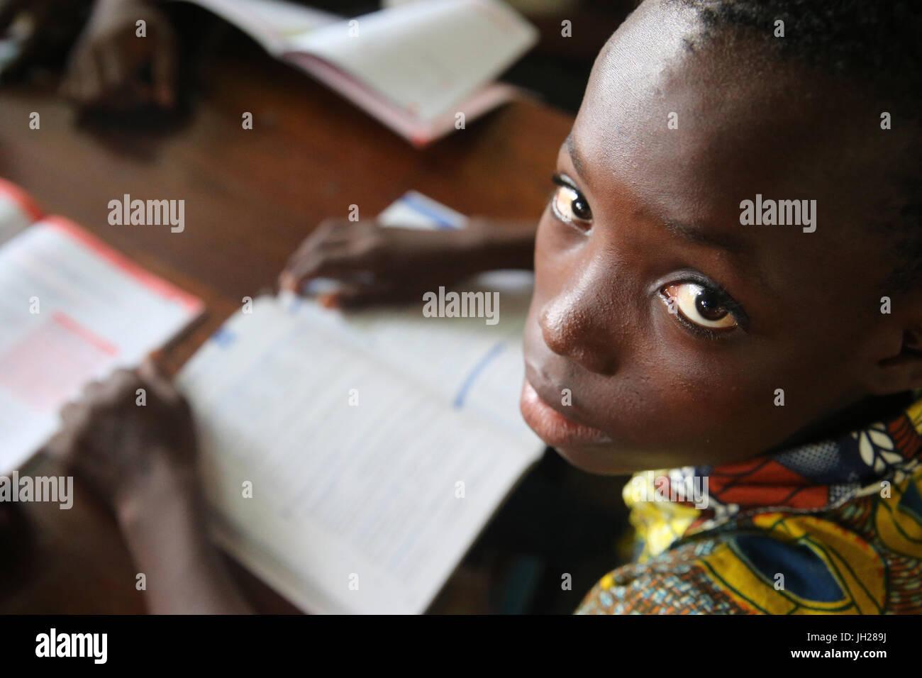 L'école primaire de l'Afrique. Enfant parrainé par l'ONG française: la chaîne de l'Espoir. La bibliothèque. Lome. Le Togo. Banque D'Images