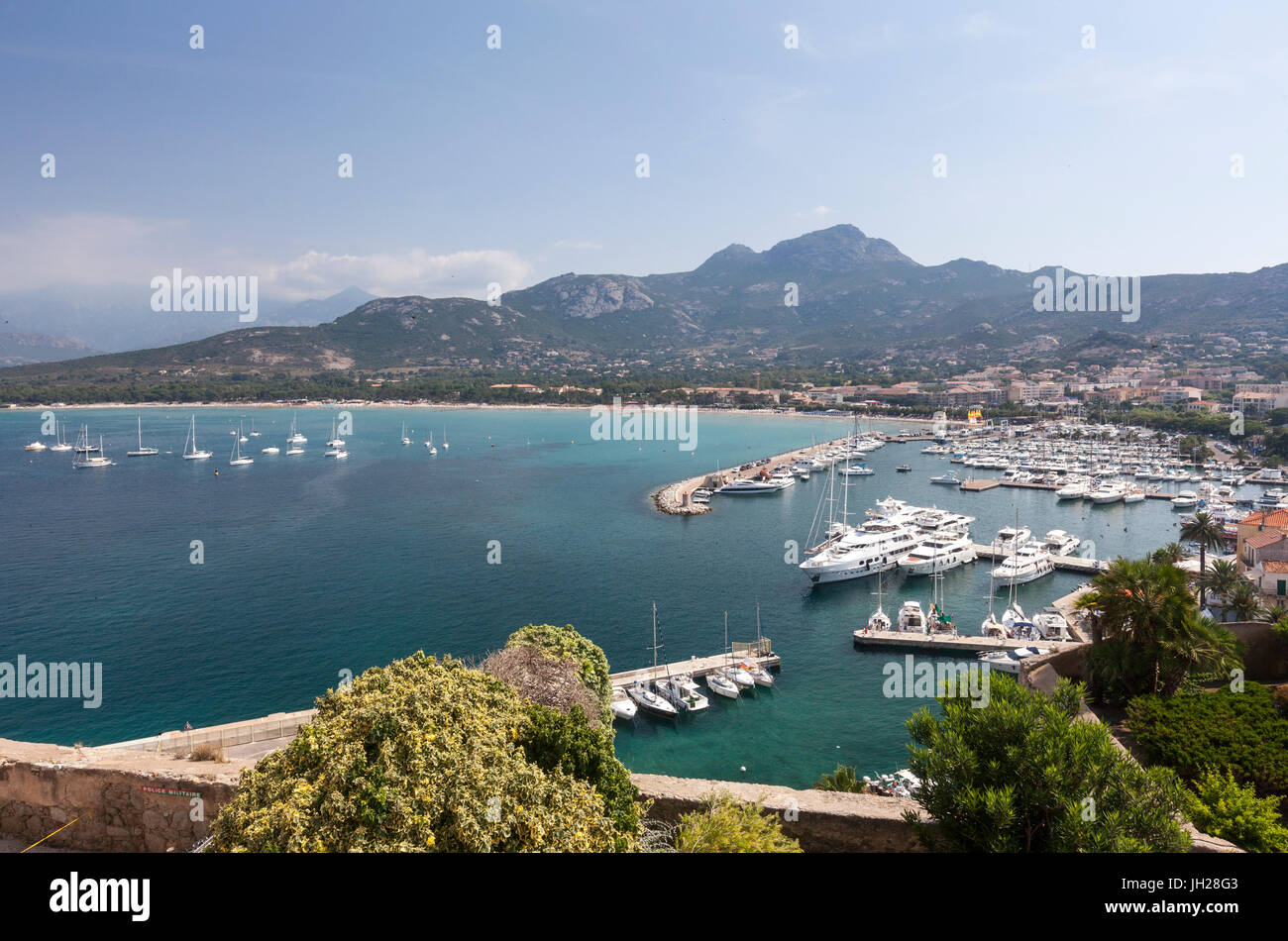 Vue sur le port dans la baie entouré par les eaux turquoises de la mer, Calvi, Balagne, au nord-ouest de la Photo Stock