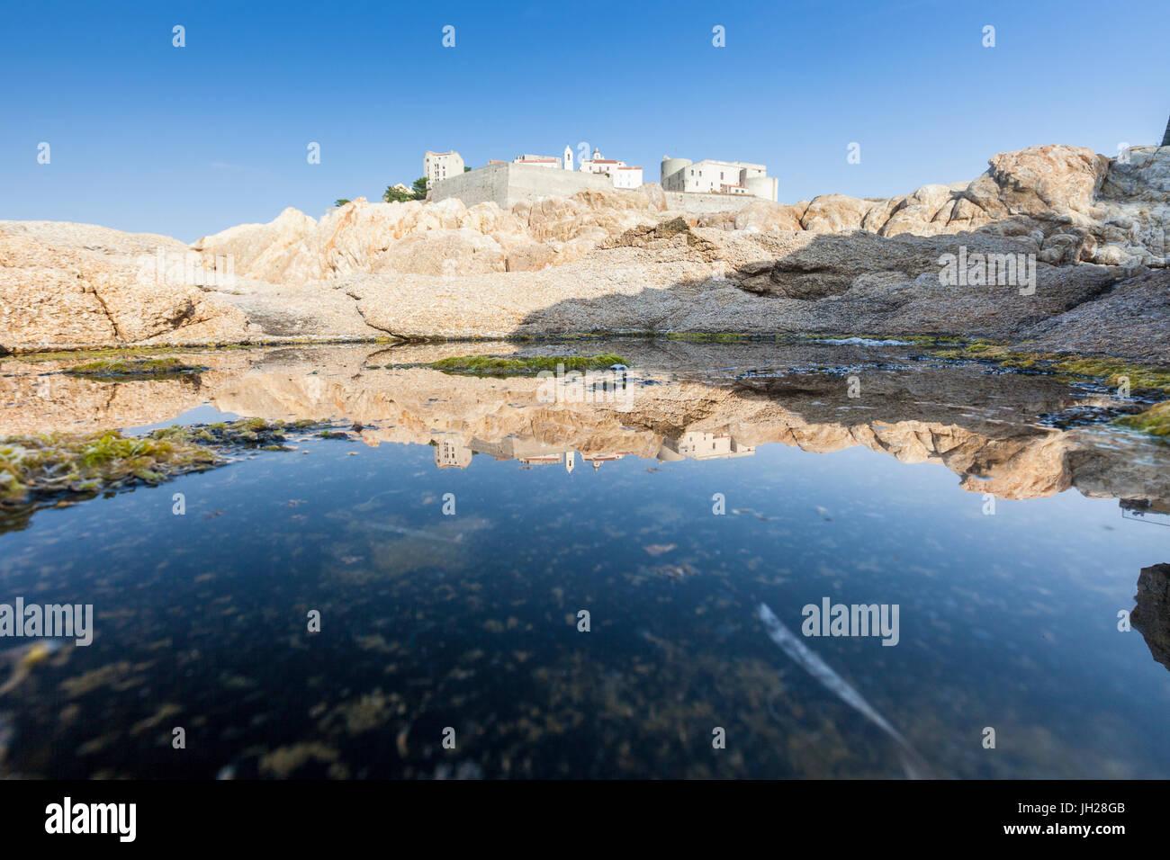 L'ancienne citadelle fortifiée reflète dans le bleu de la mer, Calvi, Balagne, Corse, France, Europe, Photo Stock