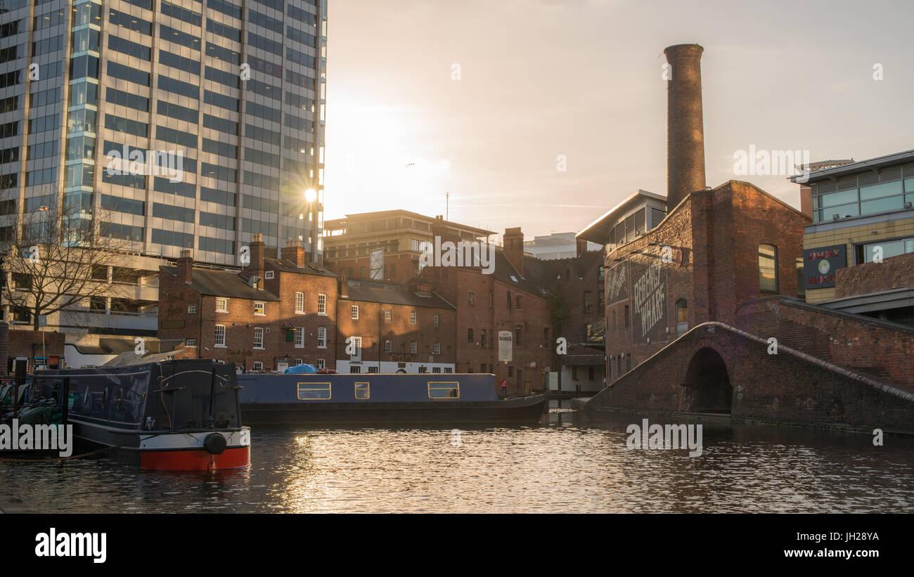 Péniche sur le canal, le gaz du bassin de la rue, au cœur de Birmingham, Angleterre, Royaume-Uni, Europe Banque D'Images