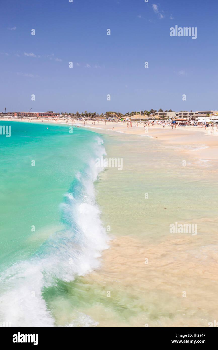 Vagues se brisant sur la plage de sable de Santa Maria, Praia de Santa Maria, Baia de Santa Maria, île de Sal, Photo Stock