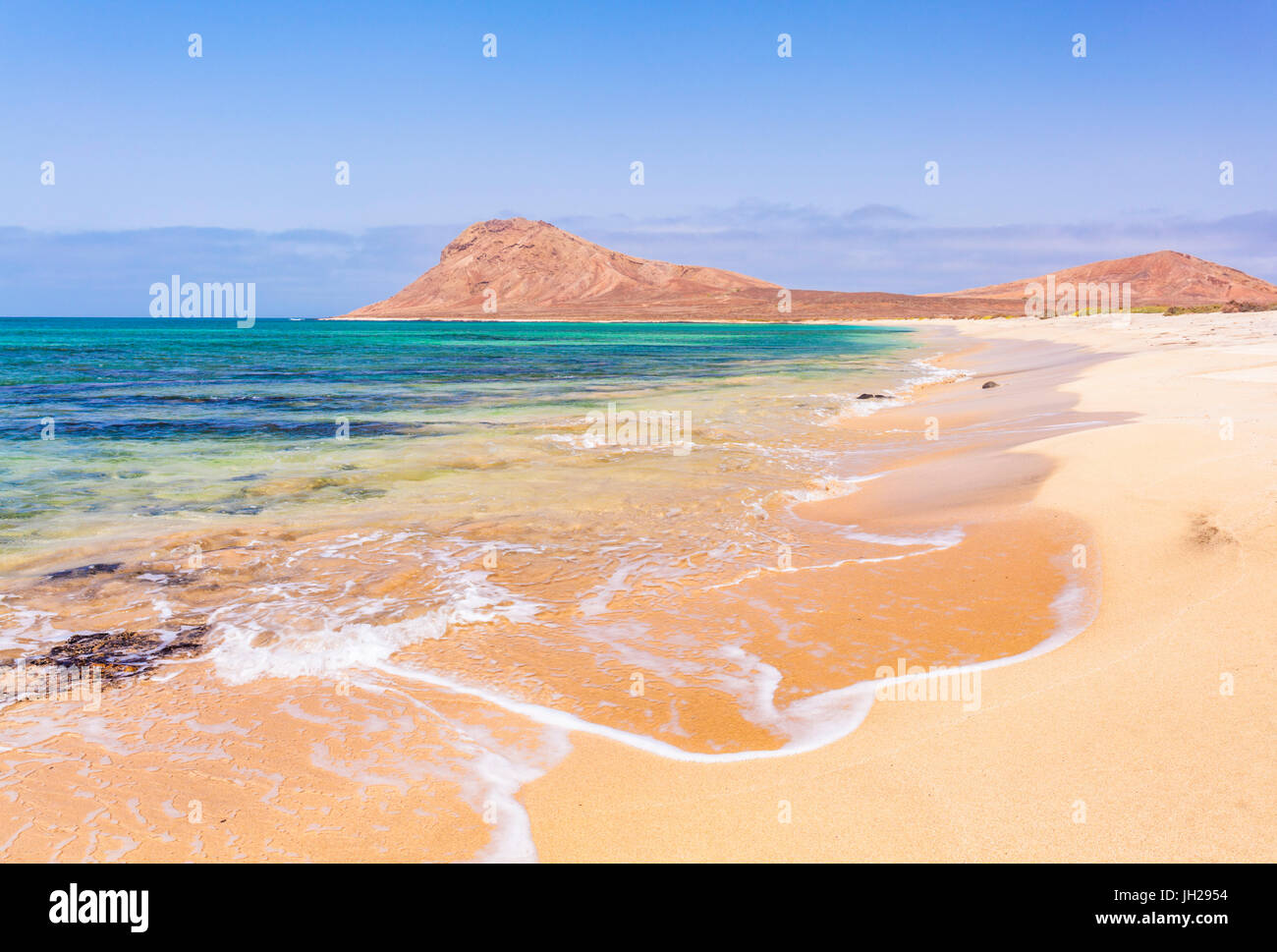 Plage de sable et la baie vide près de Monte Leao montagne (mountain Lion Endormi), l'île de Sal, Photo Stock