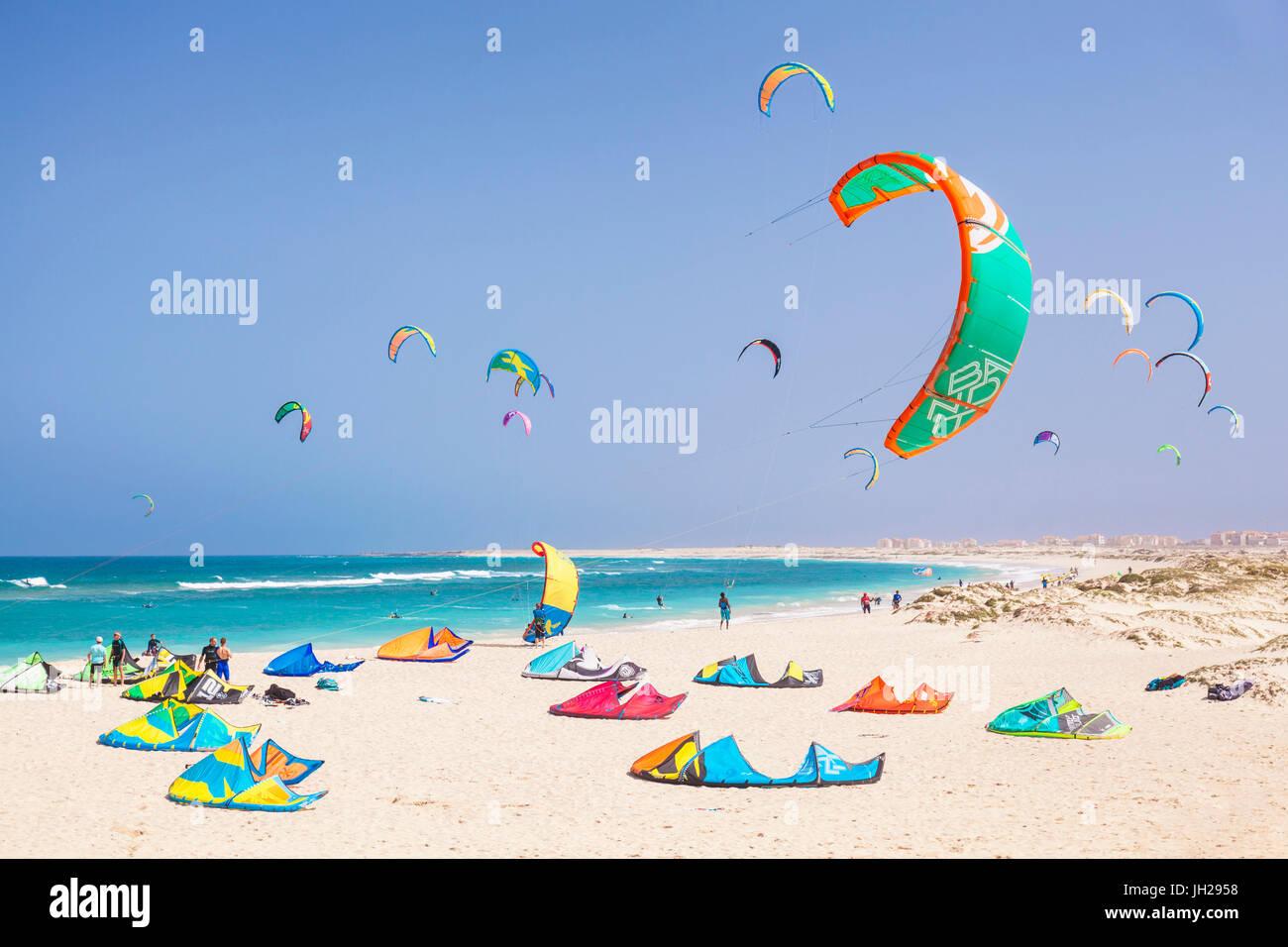Kite surfeurs et kite surf sur la plage de Kite, Praia da Fragata, Costa da Fragata, Santa Maria, île de Sal, Photo Stock