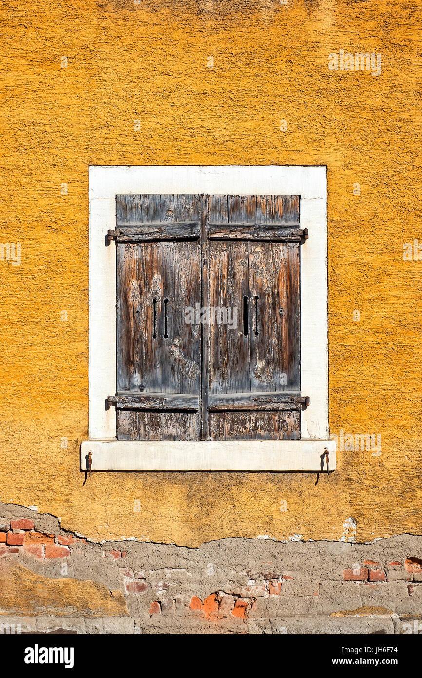 Vieux volets marron jaune fermé le mur de plâtre patiné peint ...