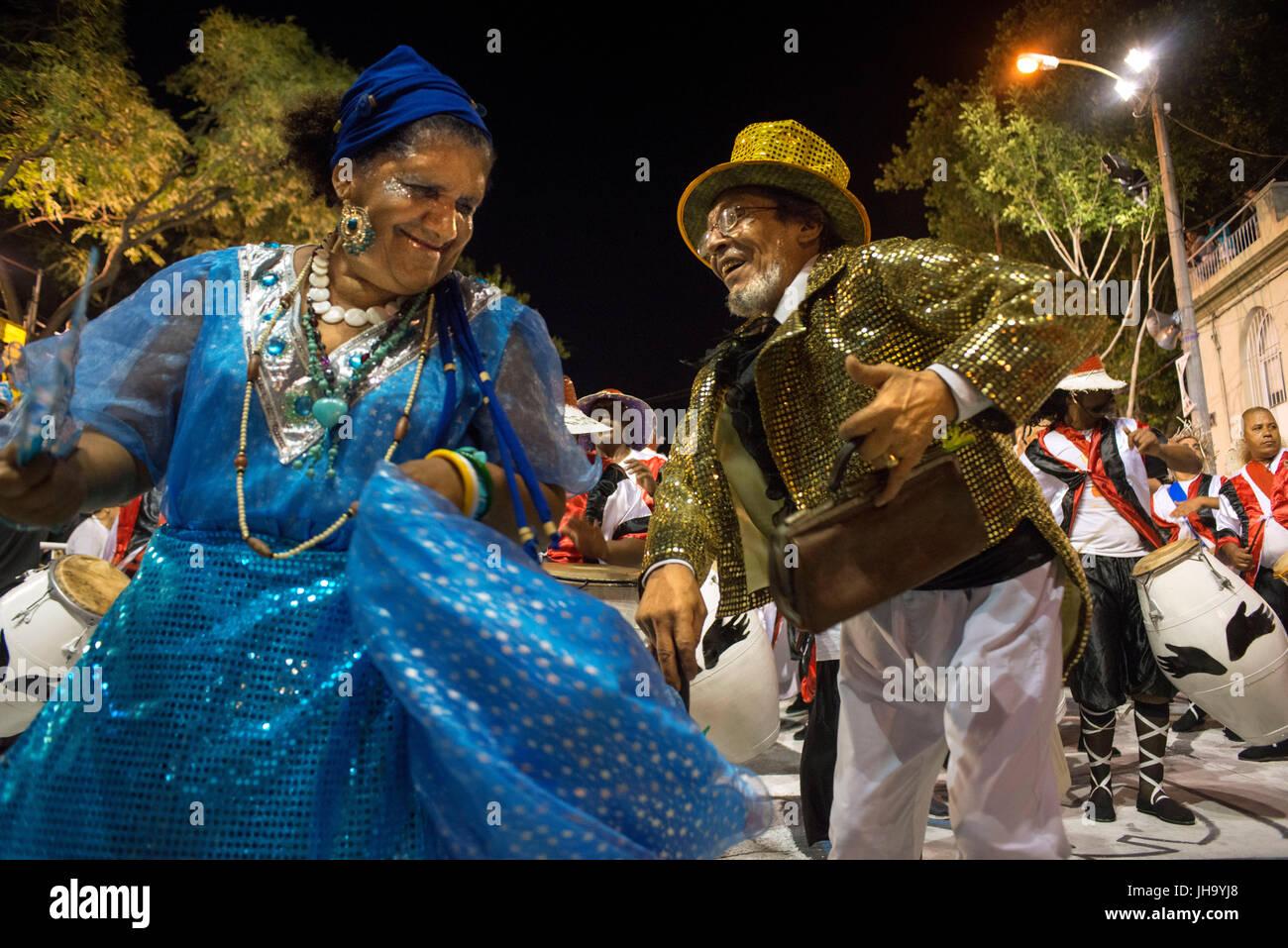 Murgas traditionnel et les écoles de samba au cours de l'appel (Llamadas) procession qui démarre officiellement Photo Stock