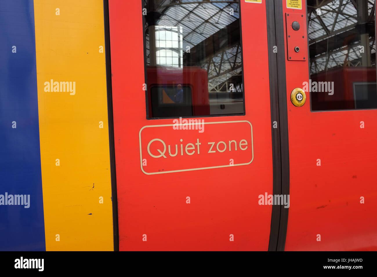 'Tranquille' sur les portes d'un des trains du sud-ouest de transport. Photo Stock