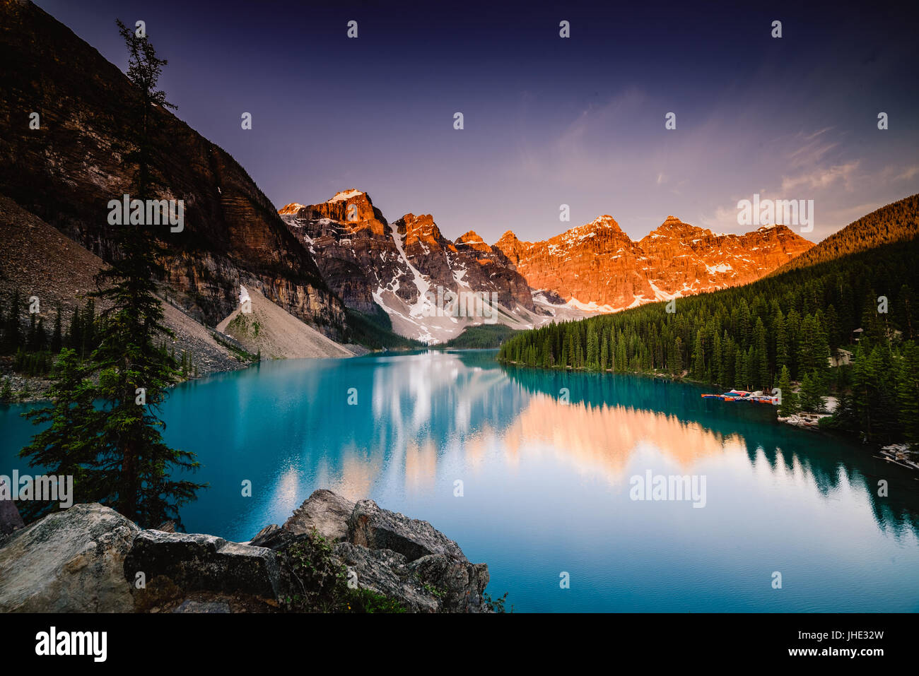 Au lever du soleil au lac Moraine, Banff, Canada Photo Stock