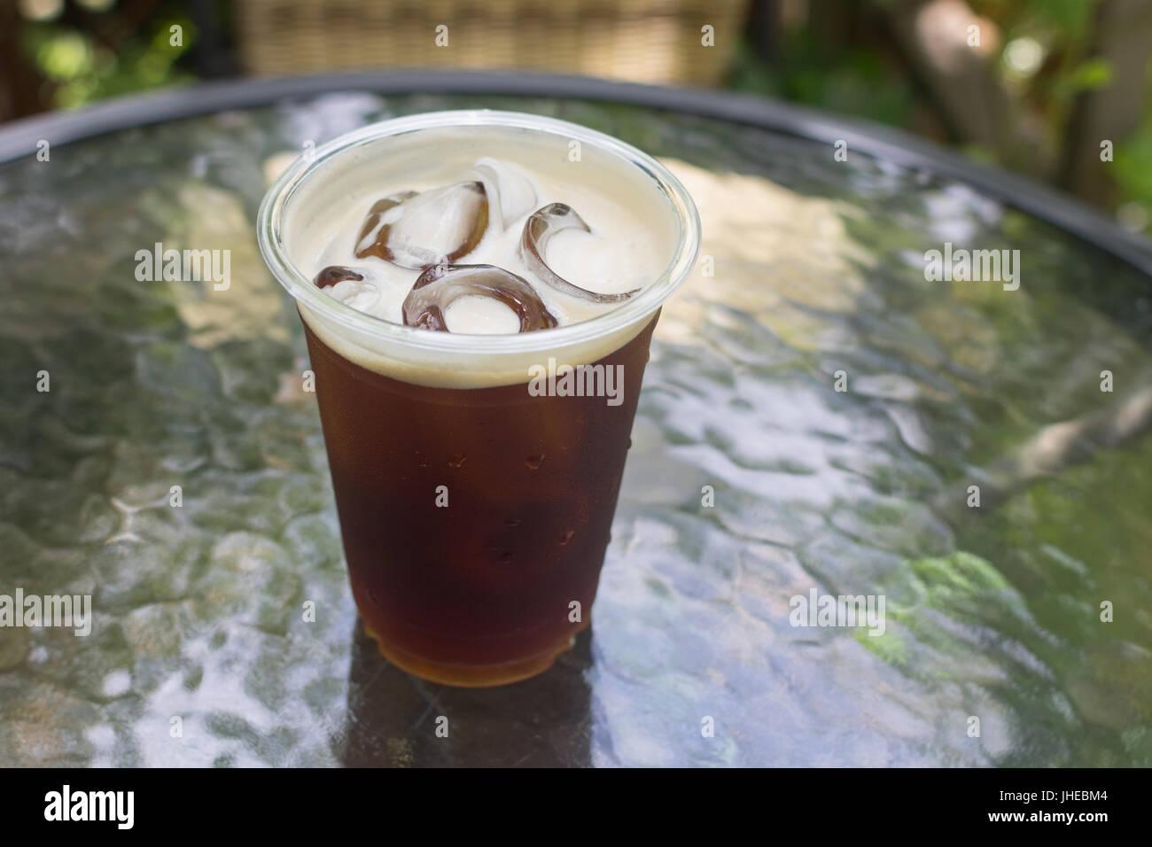 Nitro mousseux préparer de café froid prêt à boire dans la tasse à emporter. Photo Stock