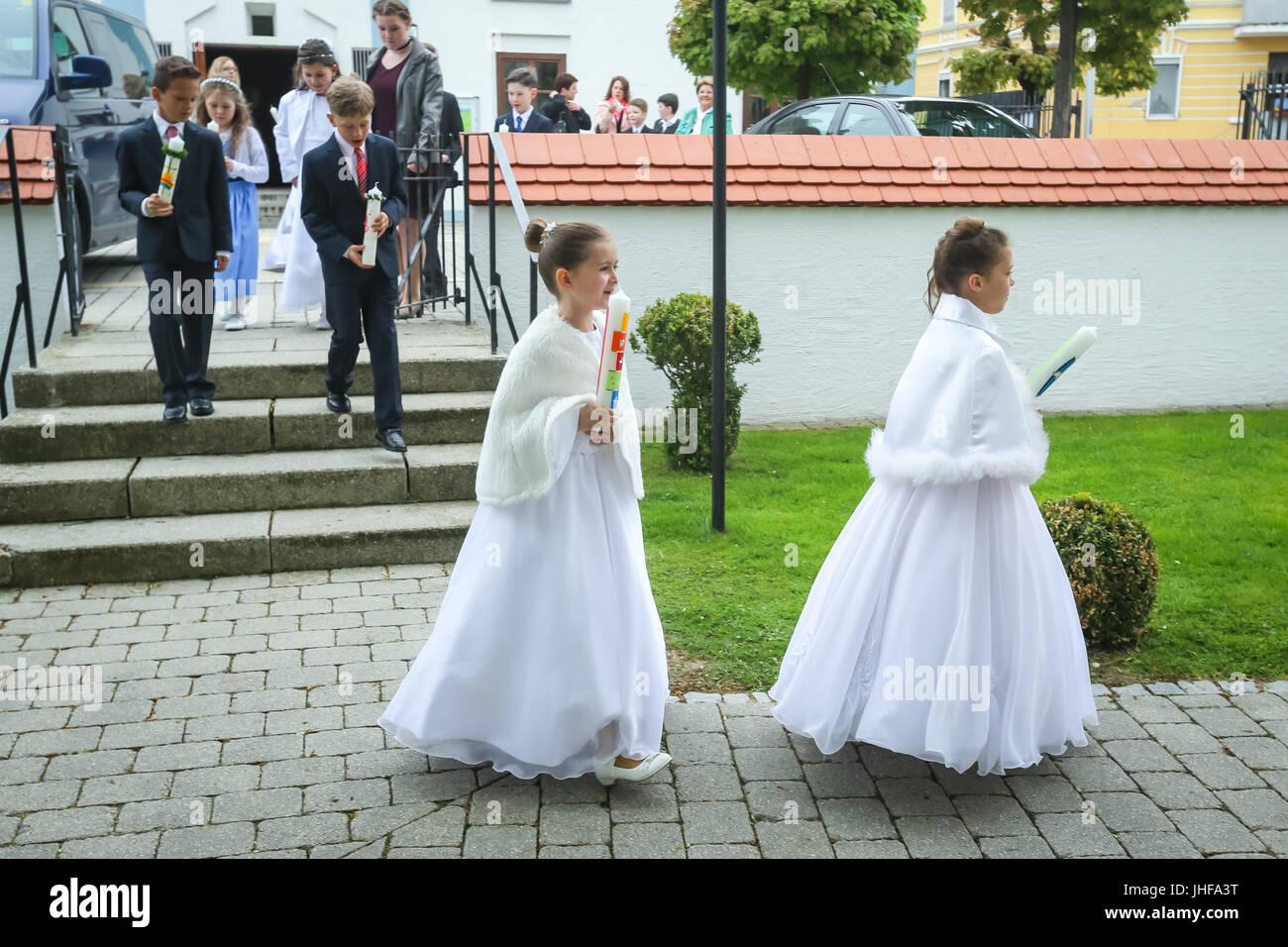 NANDLSTADT, ALLEMAGNE - le 7 mai 2017: les jeunes filles et garçons tenant des bougies et la position de l'église Banque D'Images