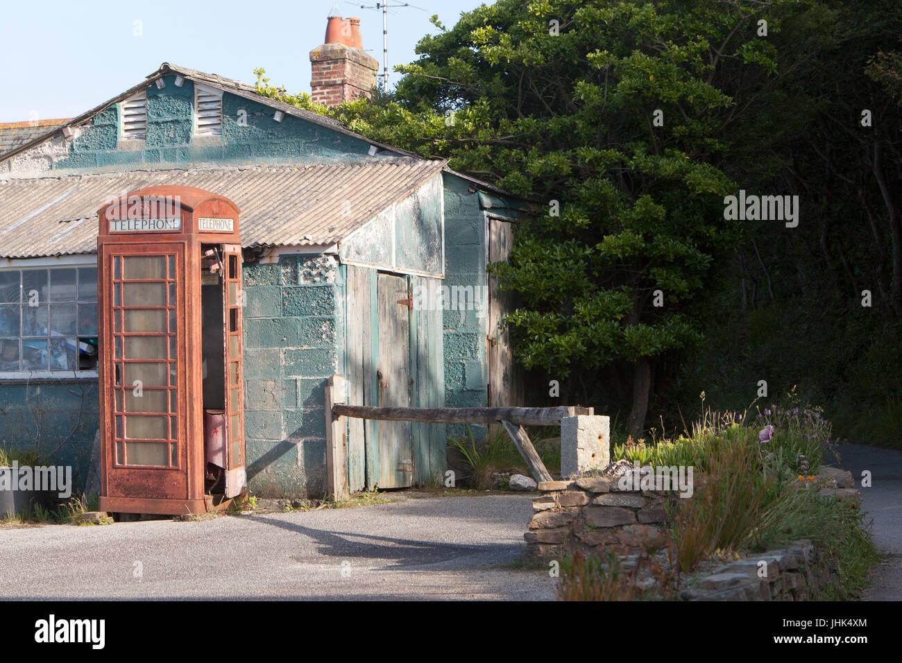 Une vieille et mal aimés abandonnés désaffectées boîte de téléphone rouge se Photo Stock