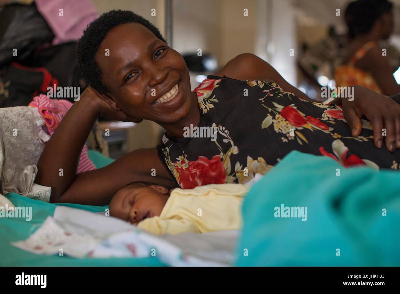 Une mère et son bébé nouveau-né sur le ward de Kitovu Hospital. Photo Stock
