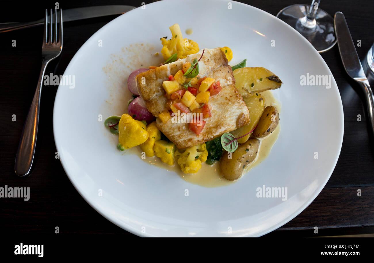 Flétan délicieux dîner servi à l'Ascenseur restaurant de Vancouver, en Colombie-Britannique. Photo Stock