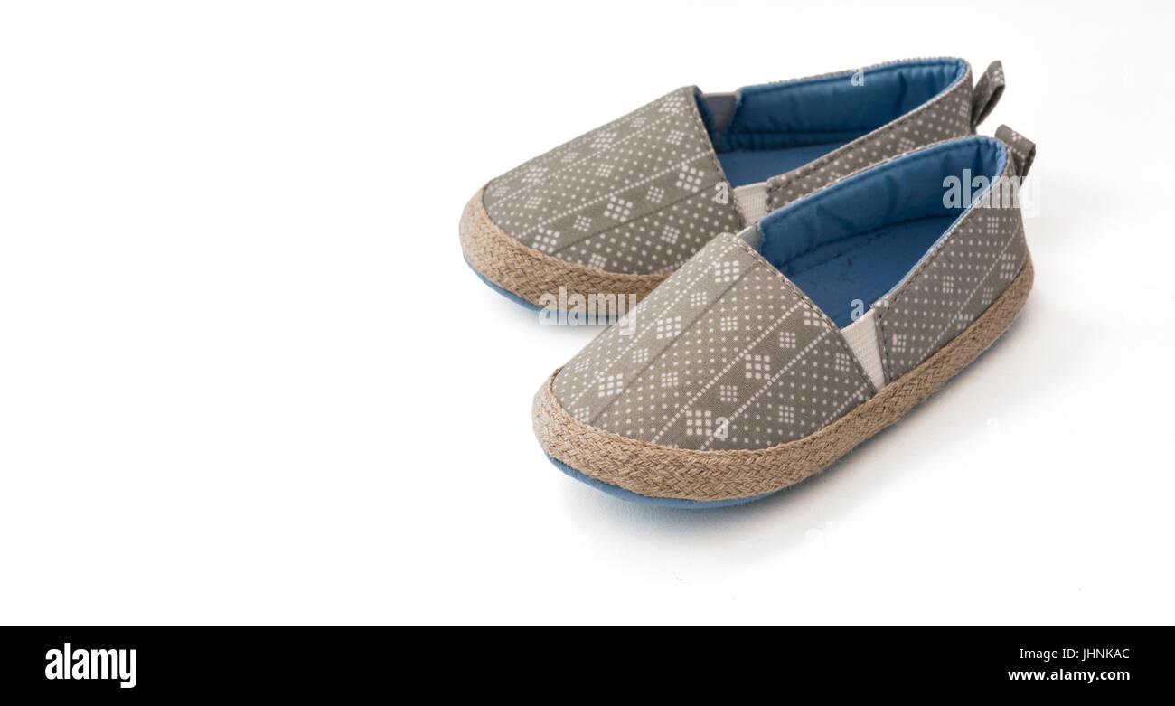0ab3ce7da64d3 Chaussures Enfant. Paire d espadrilles élégantes isolé sur fond blanc