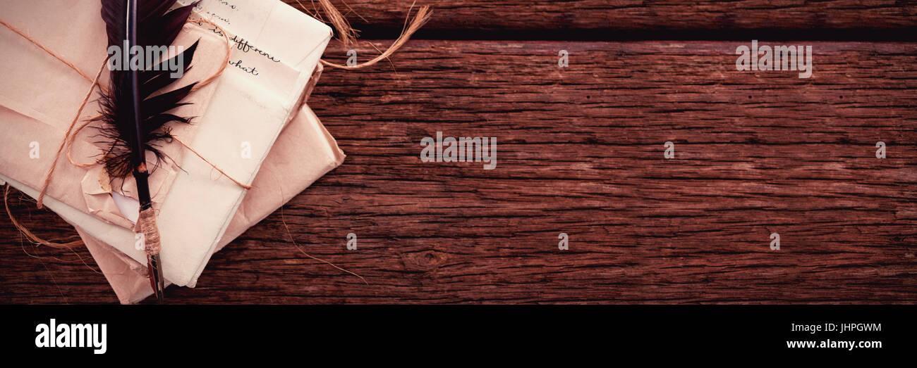 Feather Quill avec lettres nostalgique sur table en bois Photo Stock