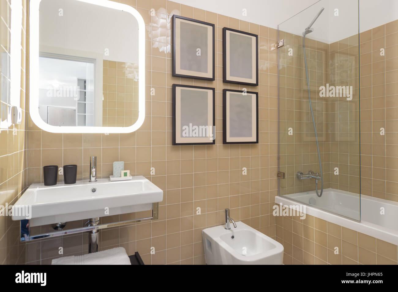 Salle de bains moderne avec carreaux beige Banque D\'Images, Photo ...