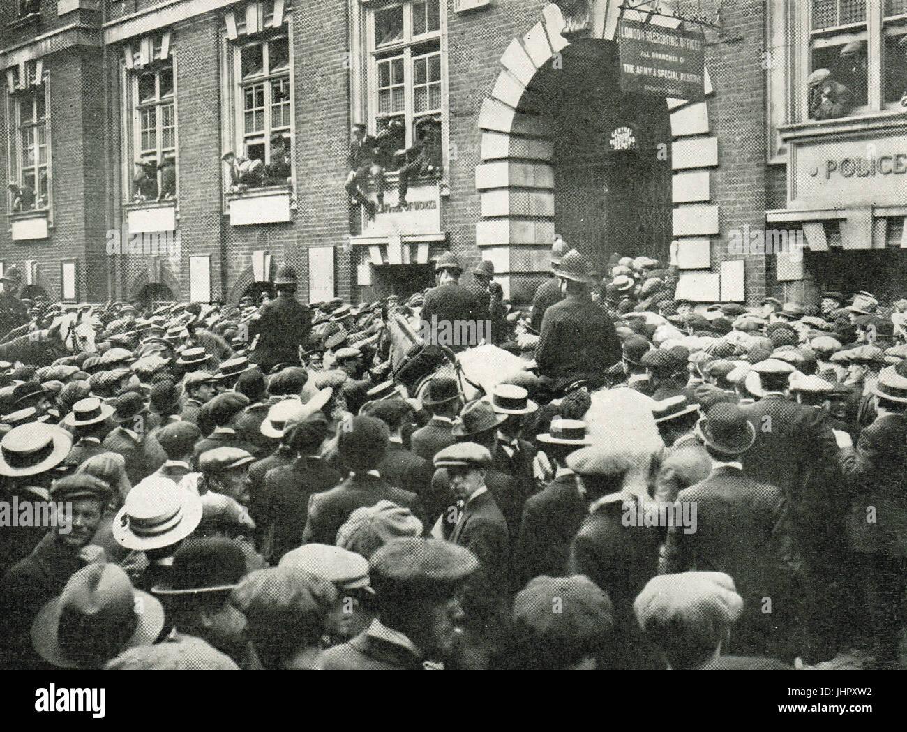 Premières recrues enthousiastes pour l'Armée de Kitchener, Whitehall, Londres Photo Stock