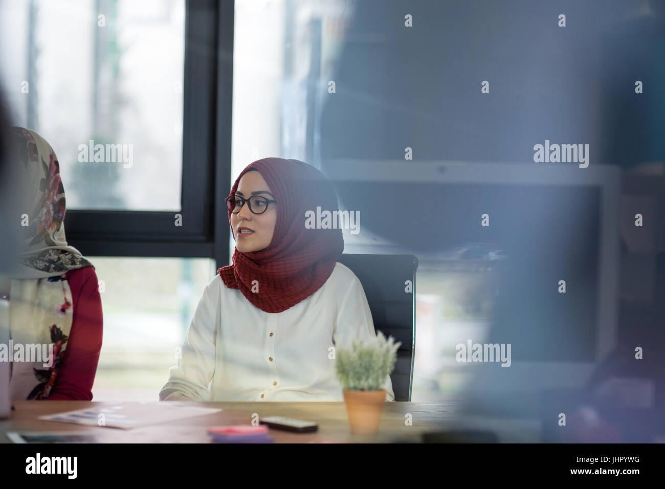 Belle femme arabe portant le hijab de la communication avec ses