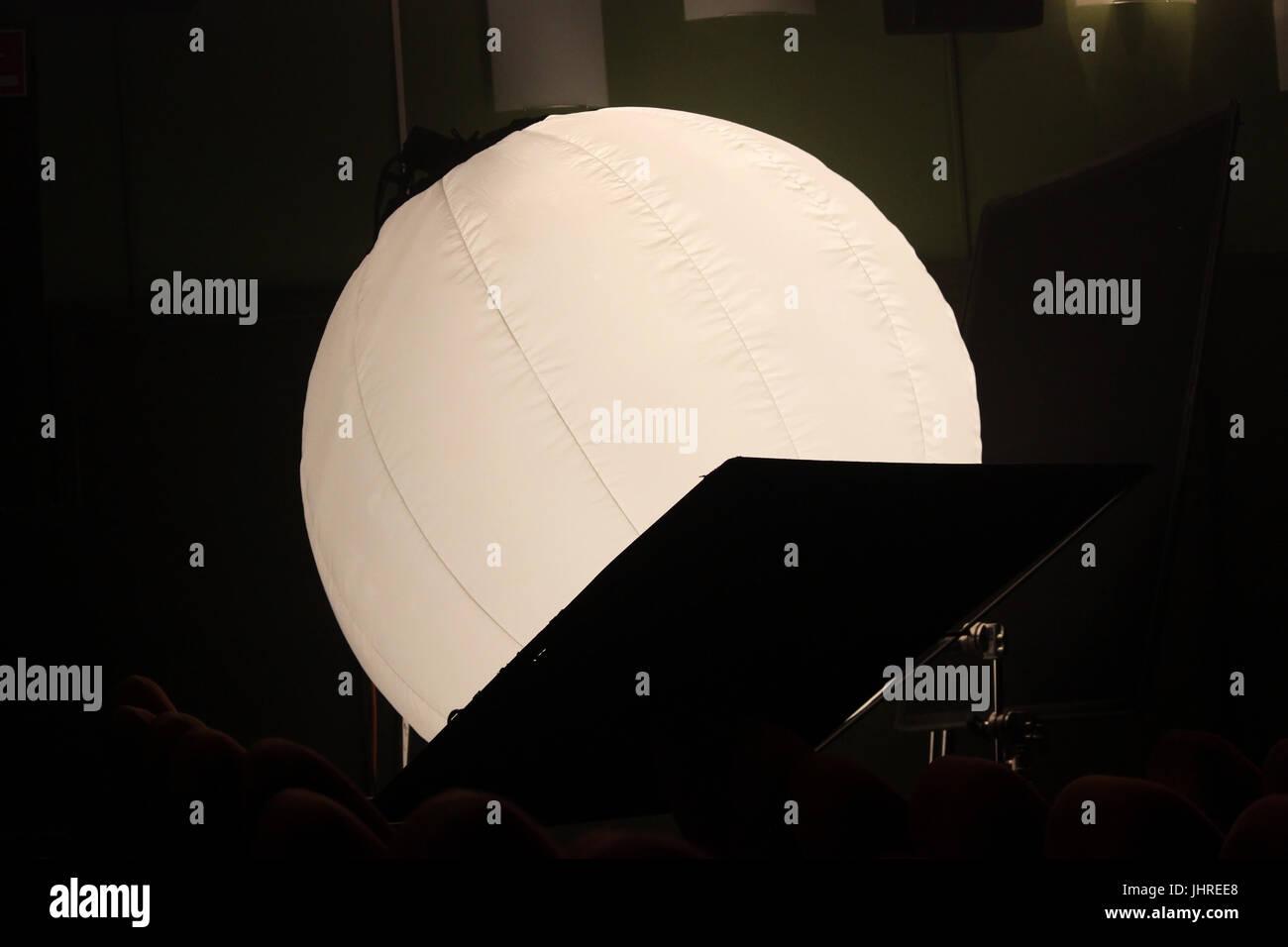 Le trépied sphère est utilisé pour l'éclairage intérieur dans une salle de cinéma Photo Stock