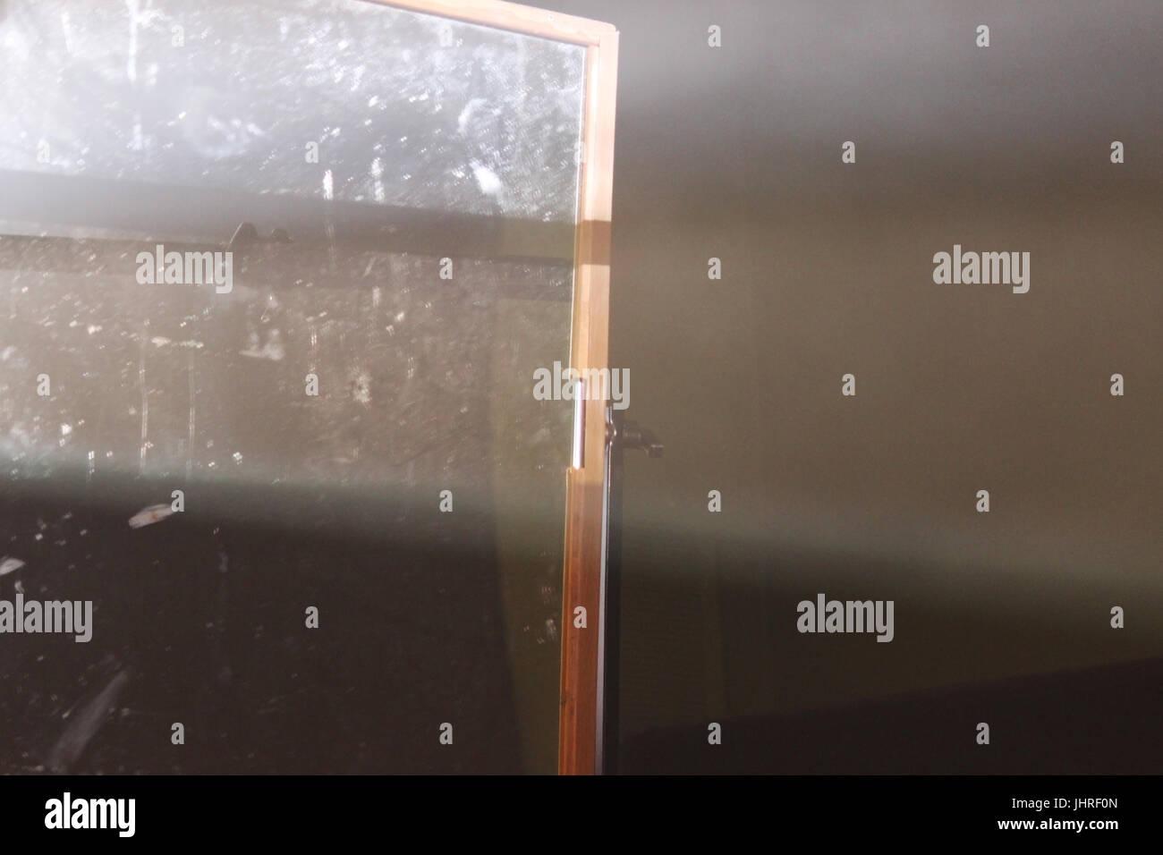 La lumière est réfléchie par le miroir sur un trépied pour éclairage intérieur dans Photo Stock