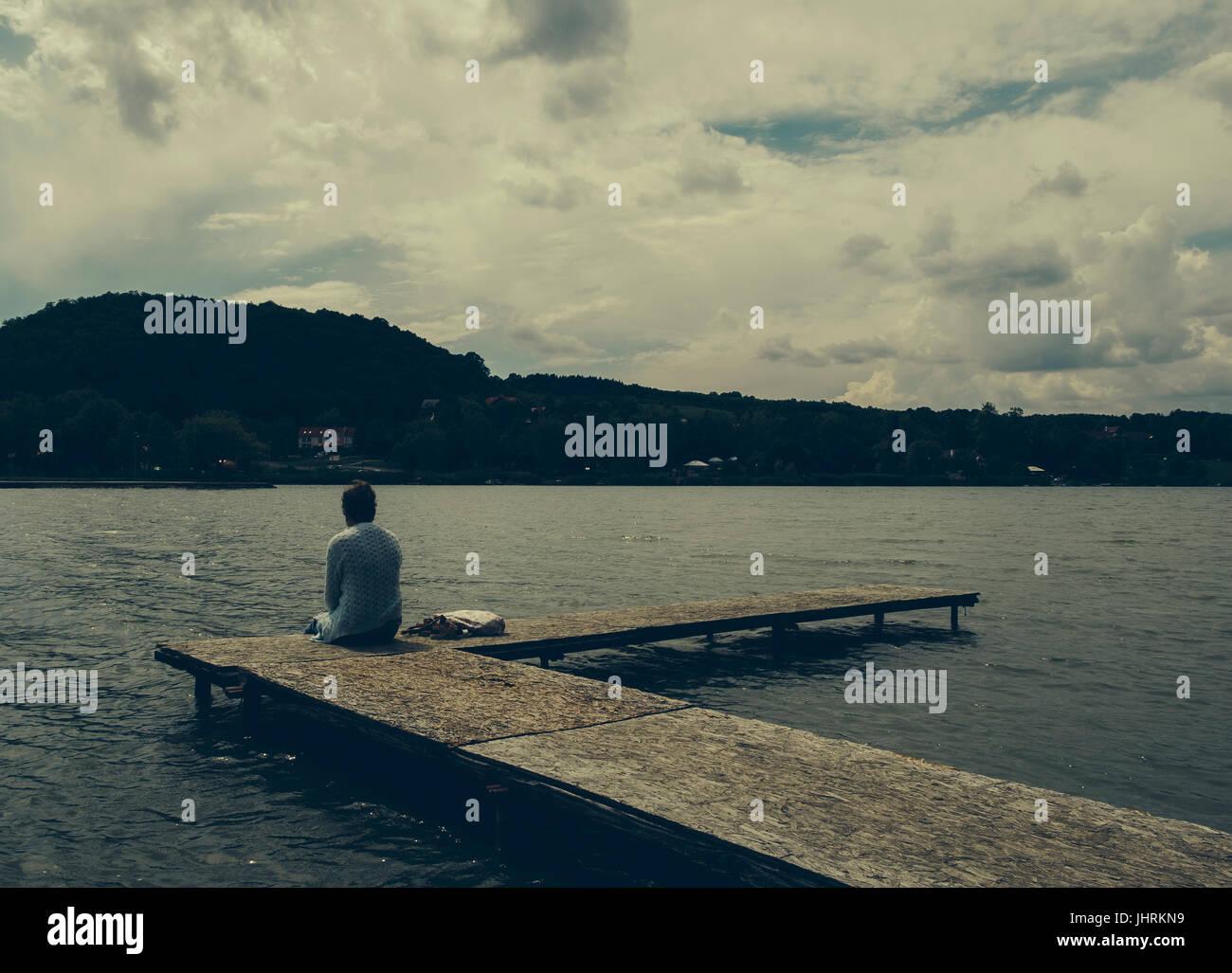 Femme triste au bord du lac Photo Stock