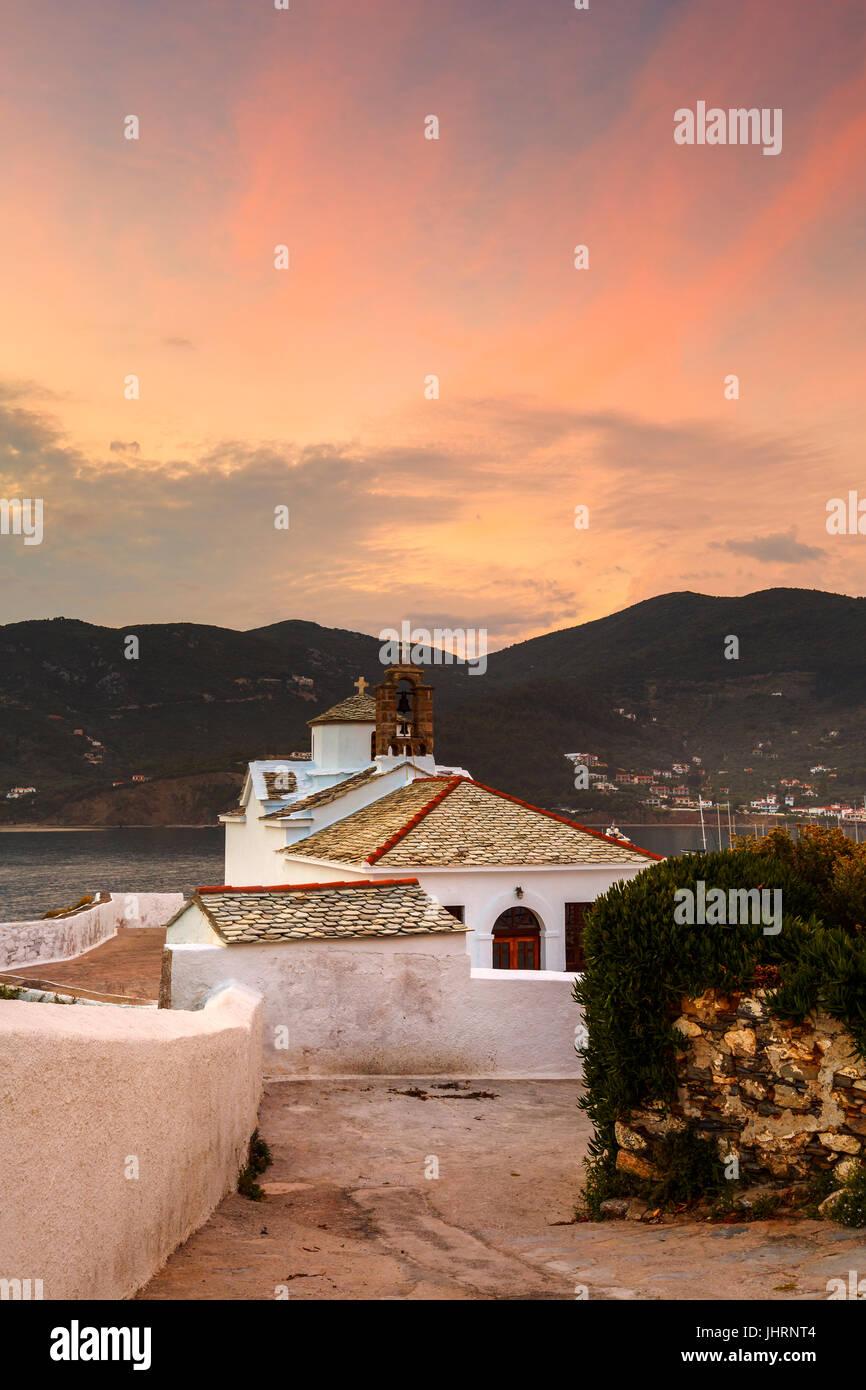 Église dans la vieille ville de Skopelos, Grèce. Photo Stock
