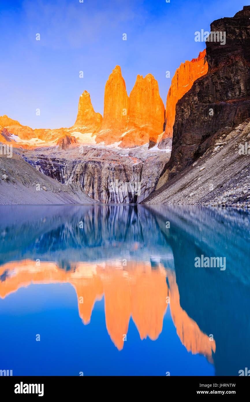 Parc National Torres del Paine, Chili. Lever du soleil à l'affût de Torres. Photo Stock