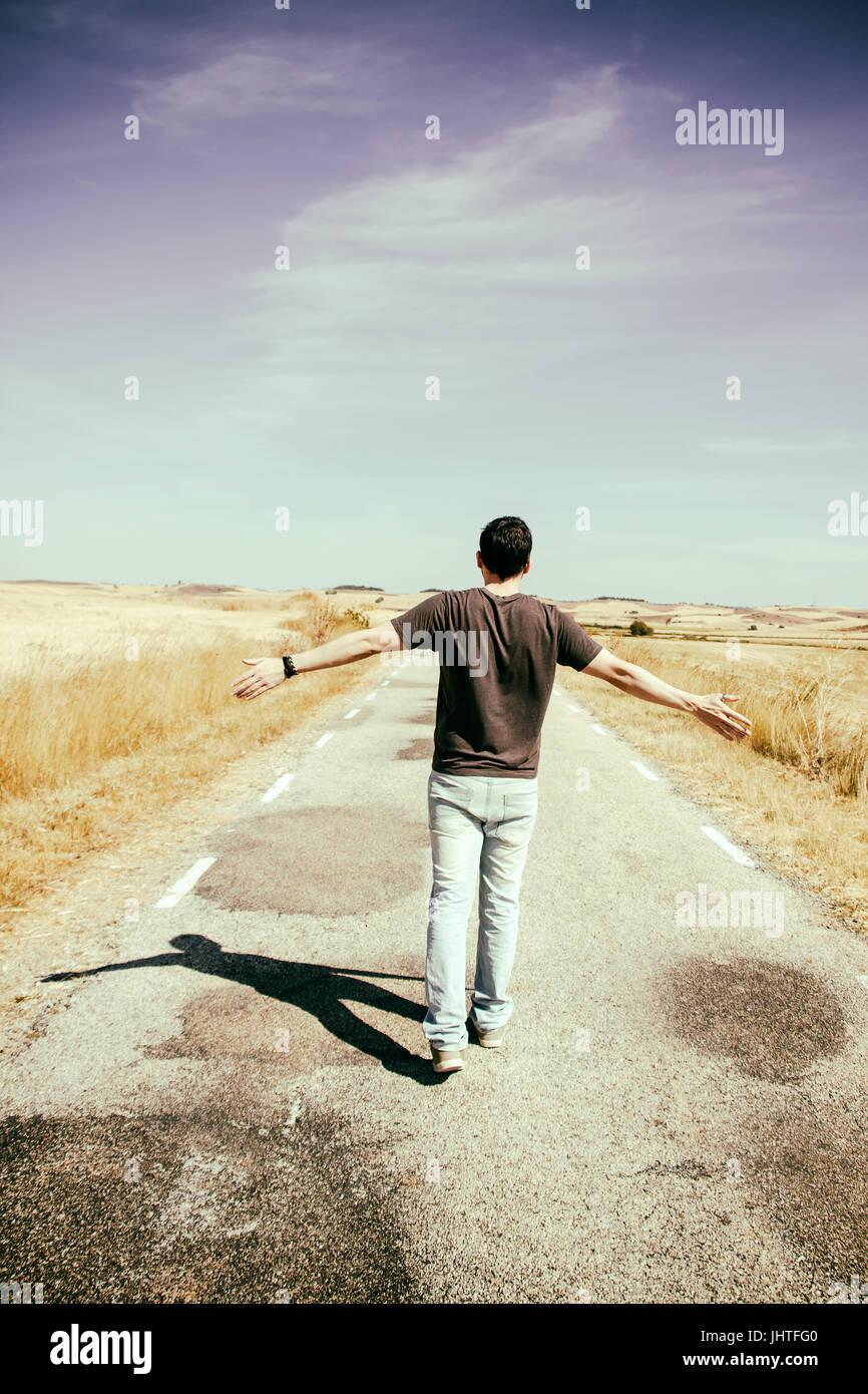 Jeune homme une vieille route de marche Photo Stock