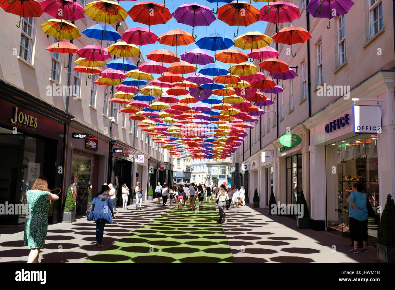 Ombrage parasols une rue de Bath, Angleterre Photo Stock