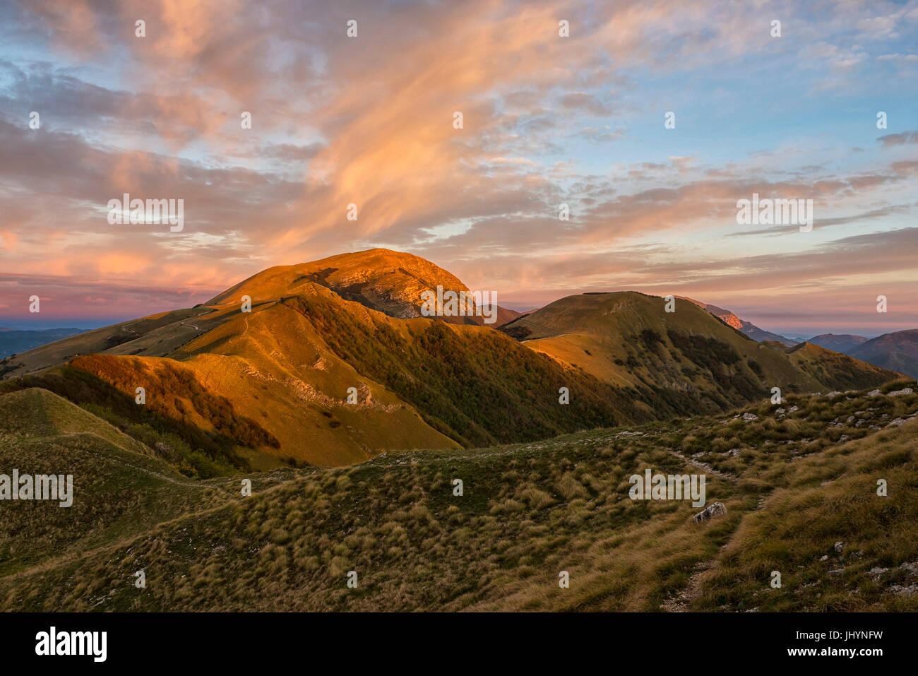 Le Mont Cucco au lever du soleil en automne, de l'Ombrie, Apennins, Italie, Europe Photo Stock