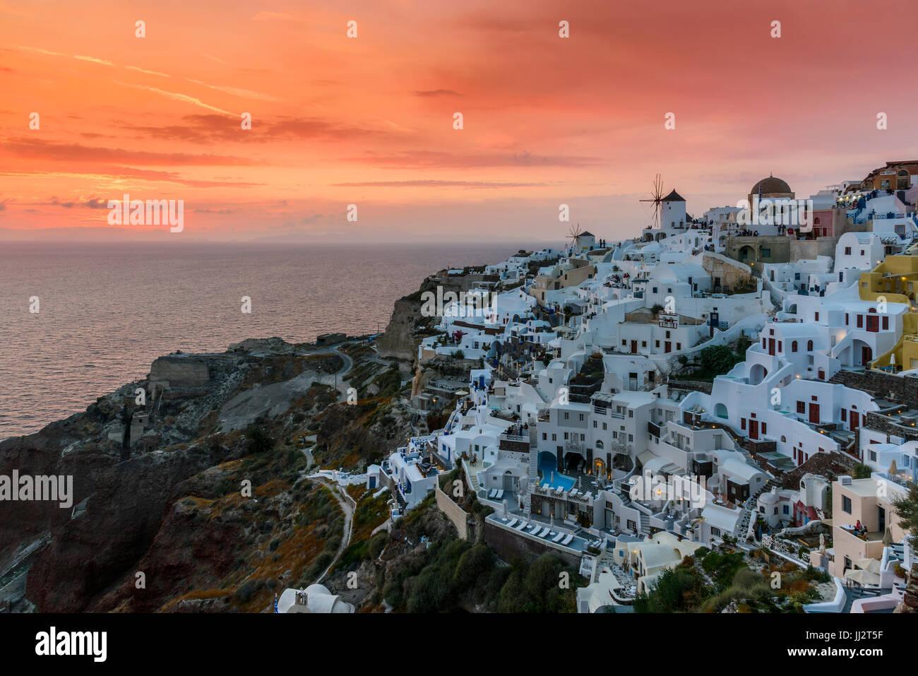 Vue du coucher de soleil, Oia, Santorin, sud de la mer Egée, Grèce Photo Stock