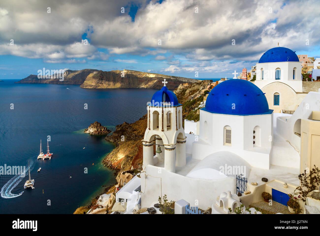 Église avec dômes bleus à Oia, Santorini, sud de la mer Egée, Grèce Photo Stock