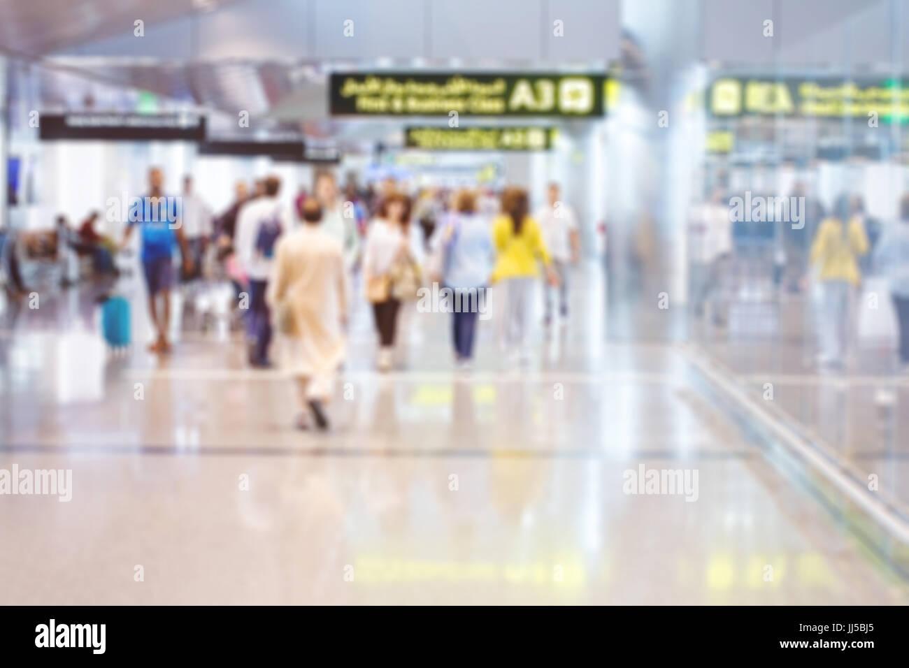 L'aéroport, l'arrière-plan flou people walking in modern terminal international de Doha Banque D'Images