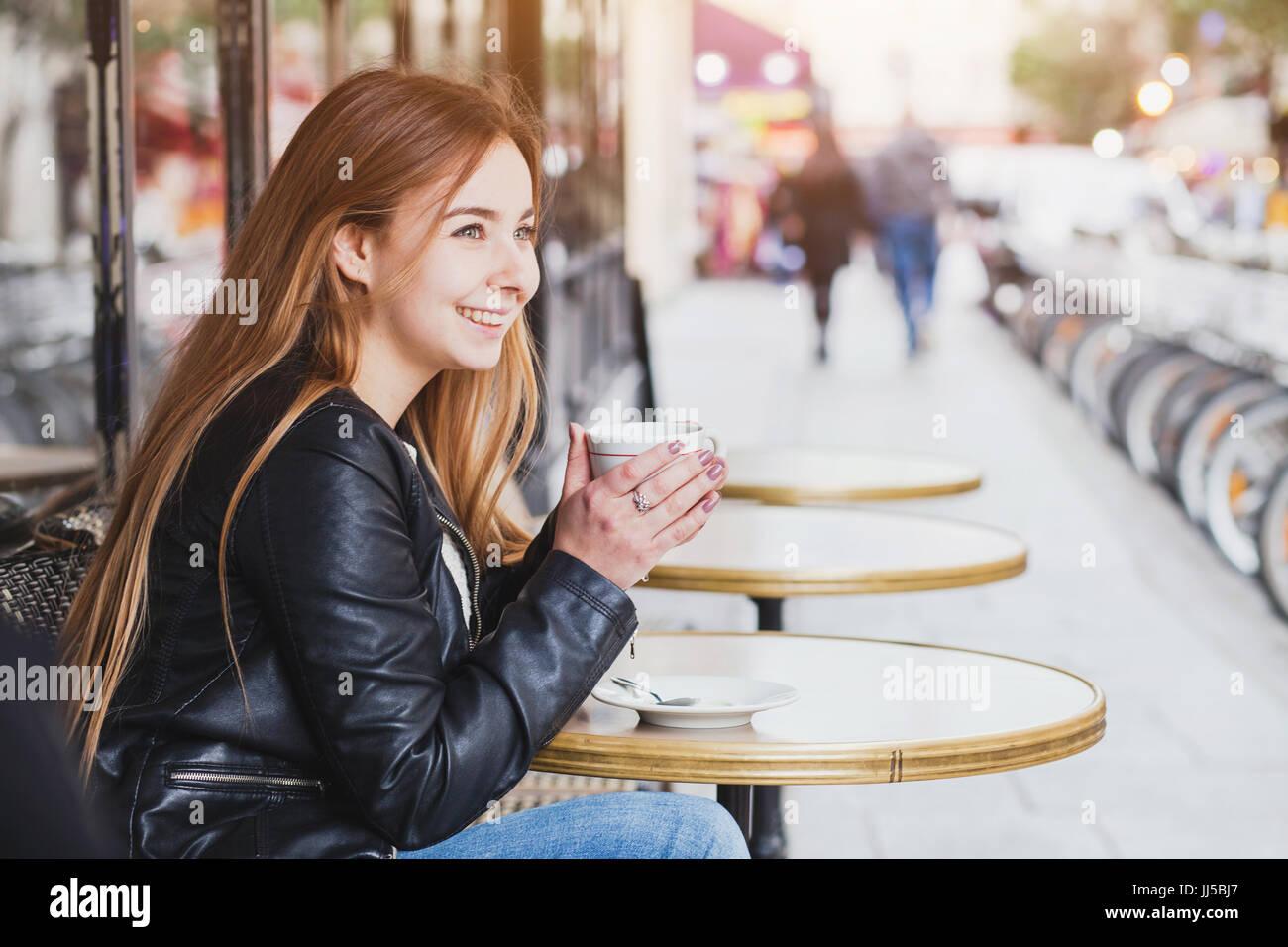 Happy smiling woman avec tasse de café au café de la rue en Europe, pretty girl à paris Photo Stock