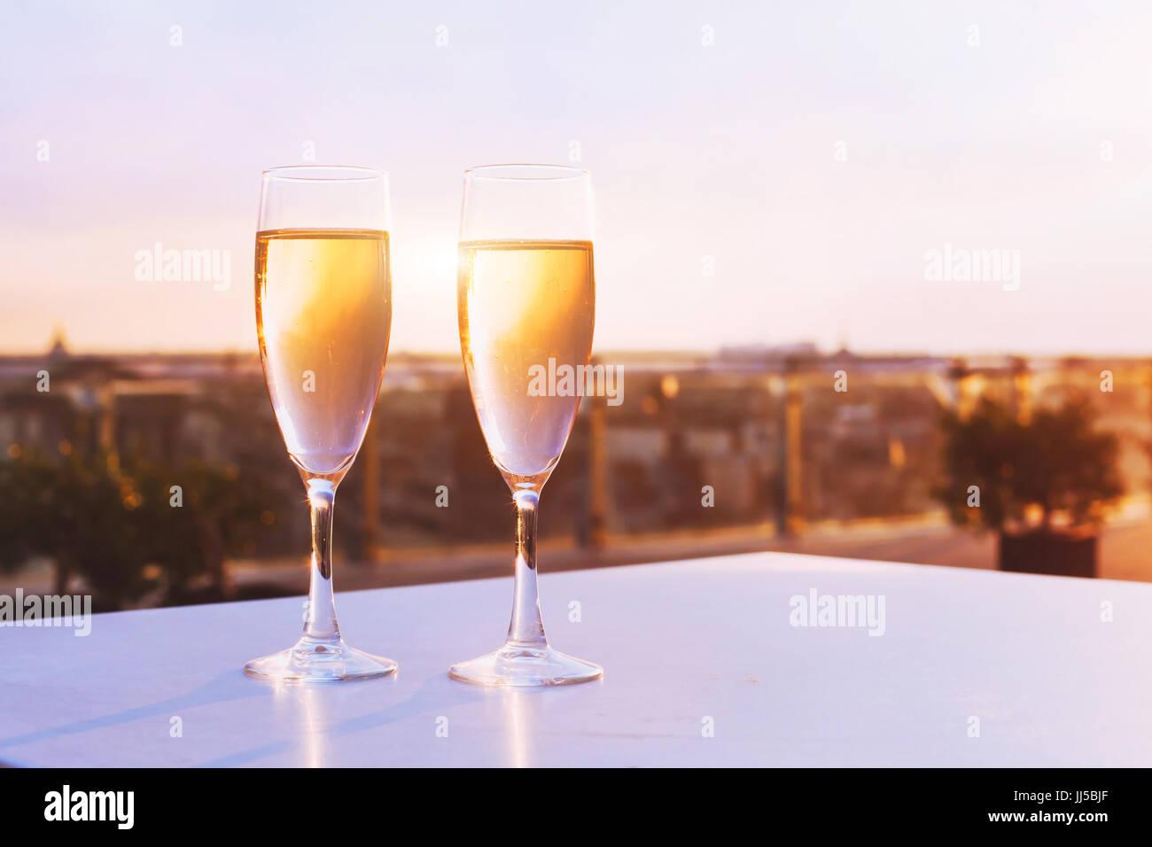 Deux verres de champagne au restaurant sur le toit avec vue sur la ville, le luxe dîner romantique pour couple Photo Stock