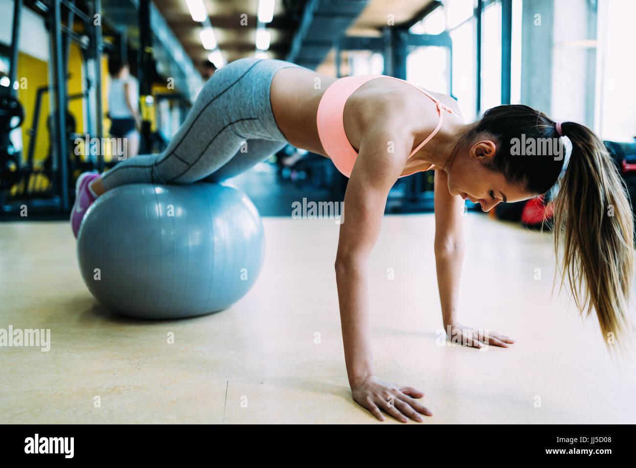 Femme Fitness push up de travail en salle de sport Photo Stock